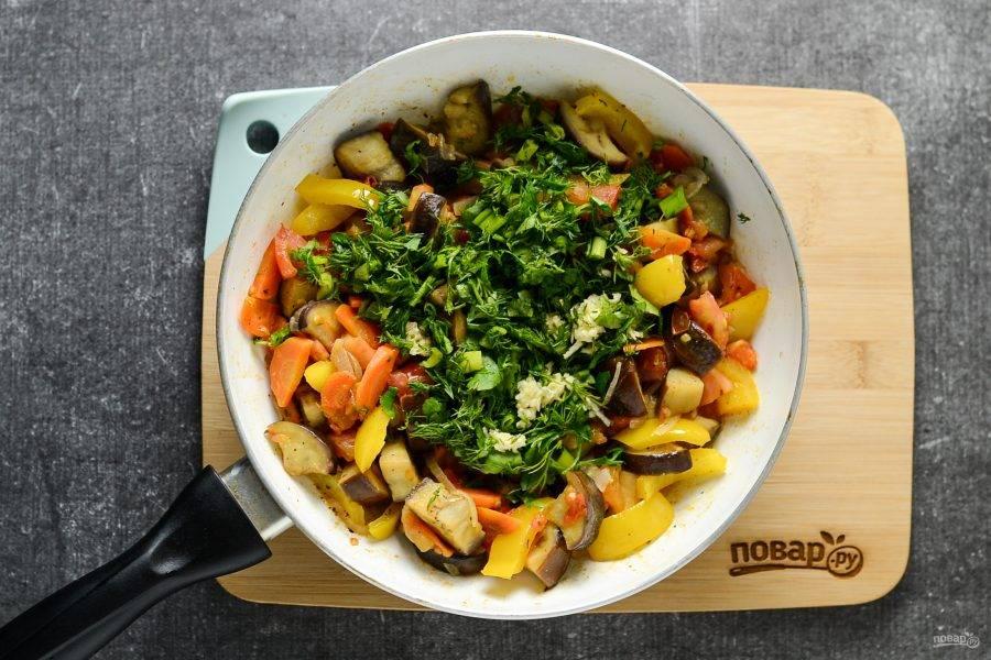 В конце добавьте мелко порубленную зелень и чеснок. Перемешайте, потомите еще 1-2 минуты  и снимайте с плиты.