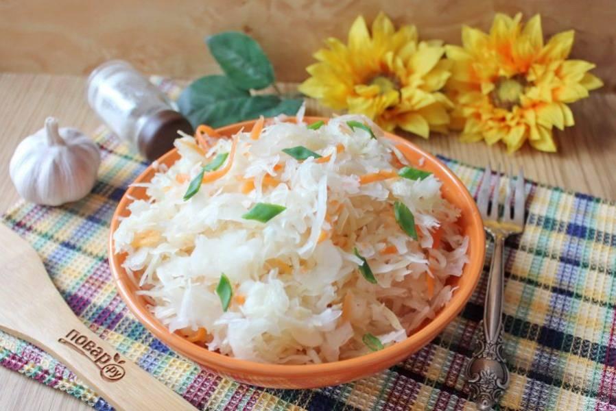 Подавайте квашеную капусту с чесноком на закуску, готовьте салаты, винегреты, варите щи и борщи.