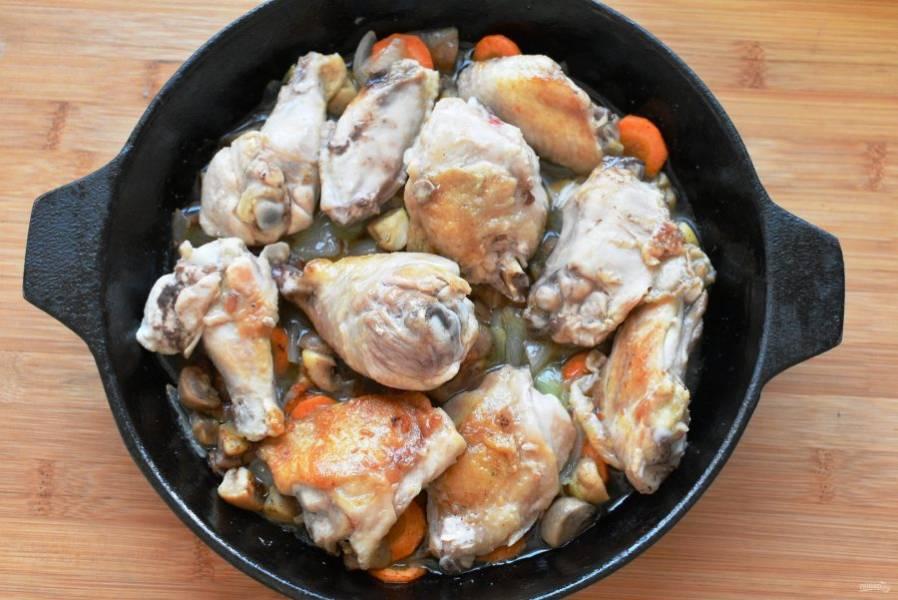 Верните курицу к овощам и влейте коньяк. Дайте алкоголю выпариться на сильном огне при помешивании.