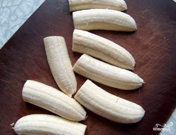 2.Бананы чистим, разрезаем на половинки, затем каждую половинку еще разрезаем вдоль.