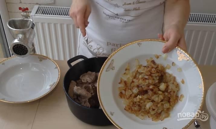 2.Отварное мясо остужаете и пропускаете через мясорубку. Лук нарезаете очень крупно и обжариваете на сковороде до золотистого цвета.