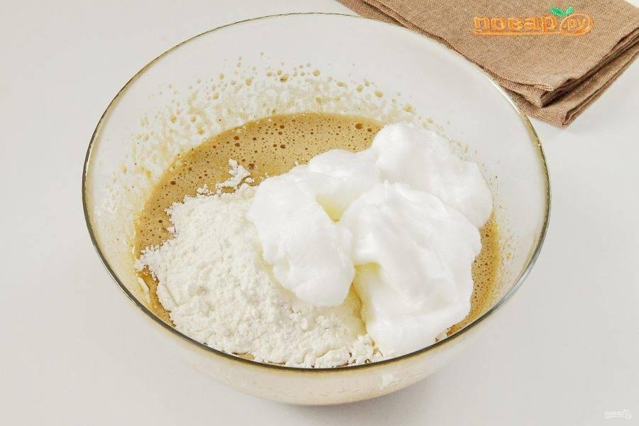 Добавьте муку. Отдельно взбейте белки с оставшимся сахаром до устойчивых пиков и добавьте примерно 1/5 часть к остальным ингредиентам.