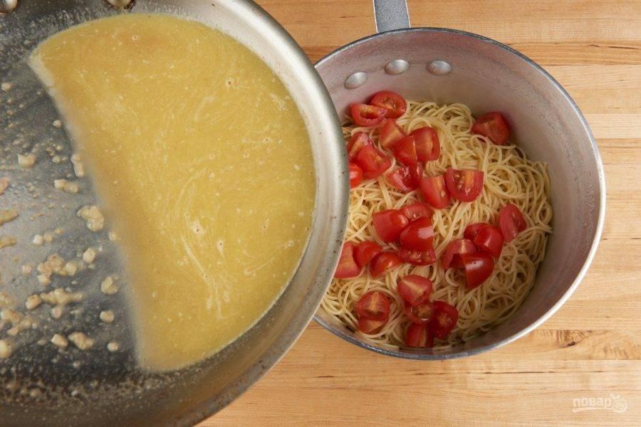 5. Сделайте соус. В сковороде обжарьте в масле лук. Затем влейте воду из-под спагетти, бульон и добавьте 0,5 ч. ложки цедры. Доведите смесь до кипения, а в конце добавьте сливочное масло. Перемешайте.