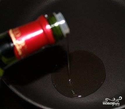 В сковороде с достаточно высокими бортами нагреть масло. Пока сковорода нагревается, огонь лучше включить небольшой, но непосредственно перед закладкой отбивных - увеличить его до умеренно-сильного. Масло должно почти закипеть.