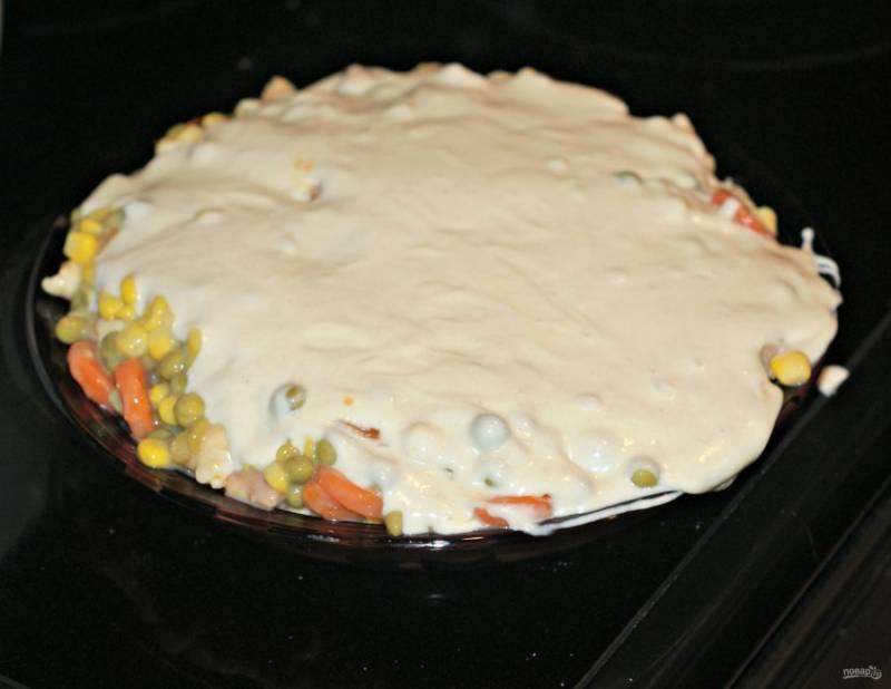 3.Смешайте яйцо, молоко, муку, разрыхлитель, соль и получите тесто. Вылейте его поверх овощной и мясной смеси.