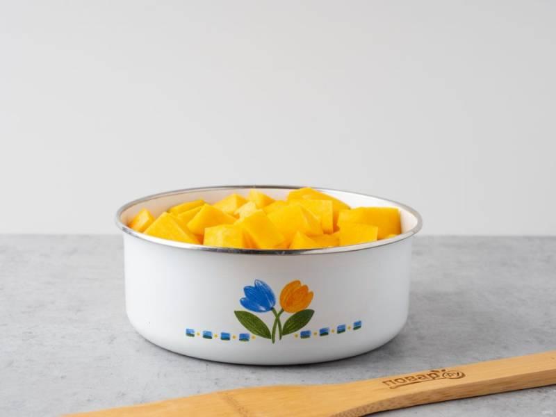 Тыкву помойте, почистите от кожуры и косточек. Отмерьте нужное количество мякоти и нарежьте кусочками. 300 грамм тыквы для запеканки залейте водой и поставьте варить около 5 минут после закипания.