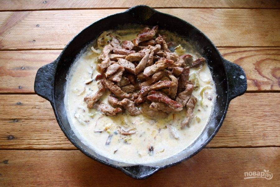 """Влейте тонкой струйкой сливки. У меня 10%.  Постоянно помешивая, заварите муку в сливках. По факту это получится базовый рецепт соуса """"Бешамель"""". Натрите 50 г твердого сыра. Добавьте его в соус и размешайте. В самом конце добавьте в соус немного соли и молотого черного перца. В соус добавьте обжаренные овощи и мясо. Перемешайте."""