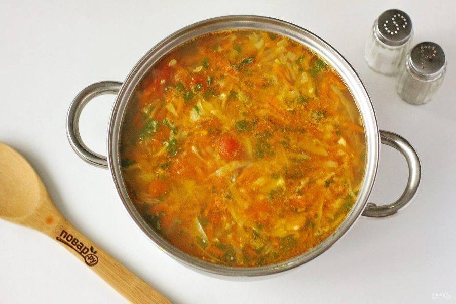 Добавьте чеснок с зеленью за пару минут до готовности. Перемешайте, снимите с огня и дайте супу настояться еще 15-20 минут. Щи из свежей капусты с помидорами готовы.