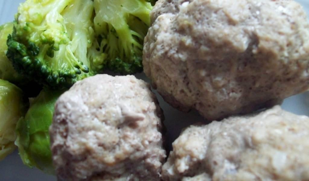 Готовые котлеты из говядины на пару можно подавать с овощами, соусом чесночным или легким гарниром. Приятного аппетита!