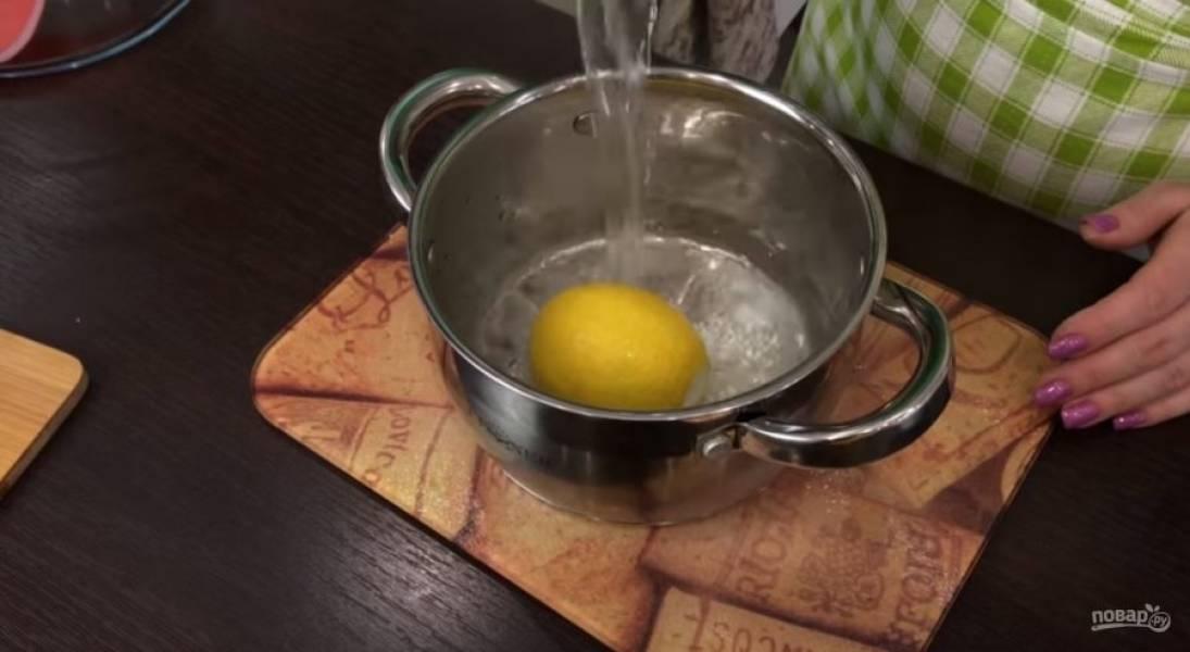 4. Оставьте тесто при комнатной температуре на 40 минут, накрыв его пленкой. Лимон залейте кипятком, дайте воде полностью остыть. Чернослив и орехи измельчите блендером.
