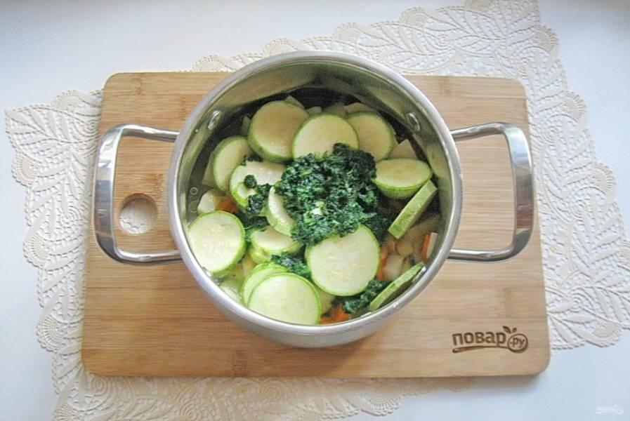 Овощи посолите, добавьте 250-300 мл. воды.
