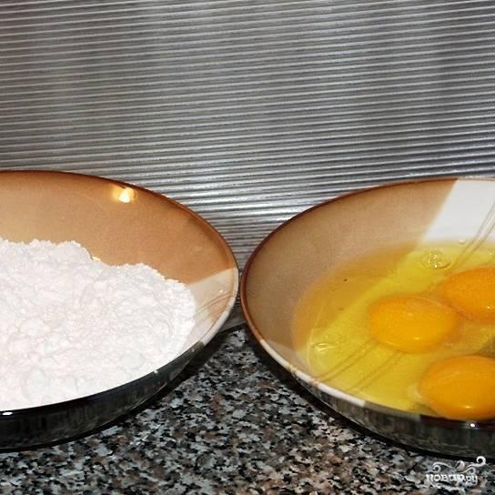 В одну миску просыпаем муку, в другую разбиваем яйца. Яйца солим и слегка взбиваем вилочкой.