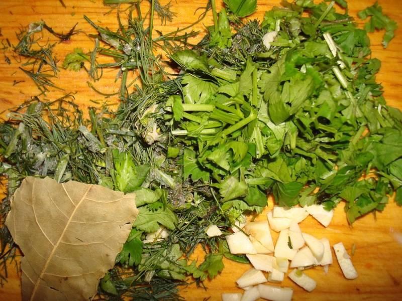 Когда время будет подходить к концу, мы измельчаем свежую зелень и нарезаем чеснок. Выкладываем все это вместе с лавровым листом в горшочек, перемешиваем и возвращаем в духовку еще на 25-30 минут. Когда блюдо будет готово, раскладываем его по тарелочкам и подаем к столу. Приятного аппетита!
