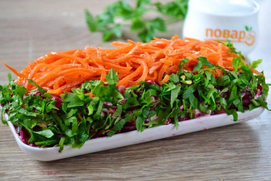 6. Последний слой - морковь по-корейски. Ее выложите только сверху. А по бокам присыпьте мелко нарезанной петрушкой. Салат готов. Отправьте его в холодильник на 30 минут. Приятного аппетита!