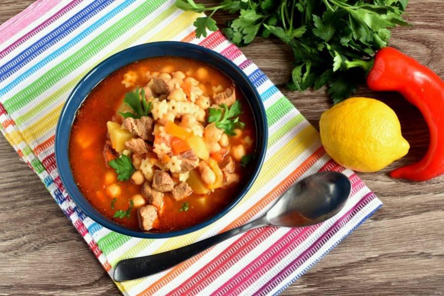 Дайте шорбе настояться 15-20 минут. Подавайте суп со свежими лепешками, зеленью, лимоном и острым перцем. Приятного аппетита!