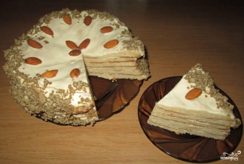 Коржи остудите и смажьте кремом (сметаной, взбитой с сахаром). Сформируйте торт, верхушку украсьте орехами и халвой. Поместите торт в холодильник для пропитки на всю ночь. Приятного аппетита!