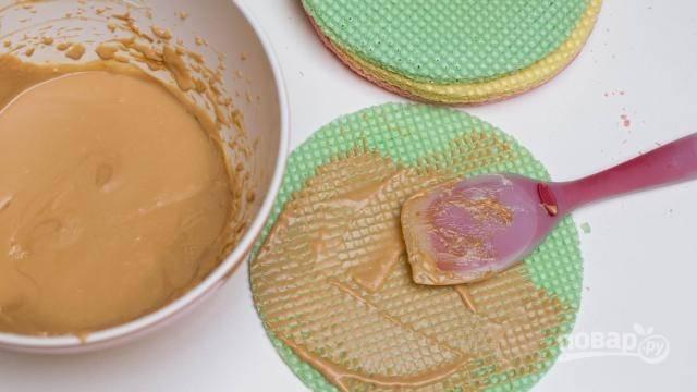 С помощью миксера взбиваем сливочное масло и карамель или сгущенку. Должна получиться однородная консистенция без комков. Начинаем намазывать крем на коржи.