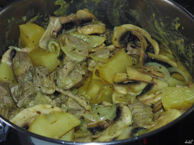 Переложите картошку, мясо, грибы с луком и чесноком в казан, добавьте соус и тушите минут 40-60 - до полной готовности свинины. Если хотите более жидкое карри - добавьте воды, а также, если будет пригорать.