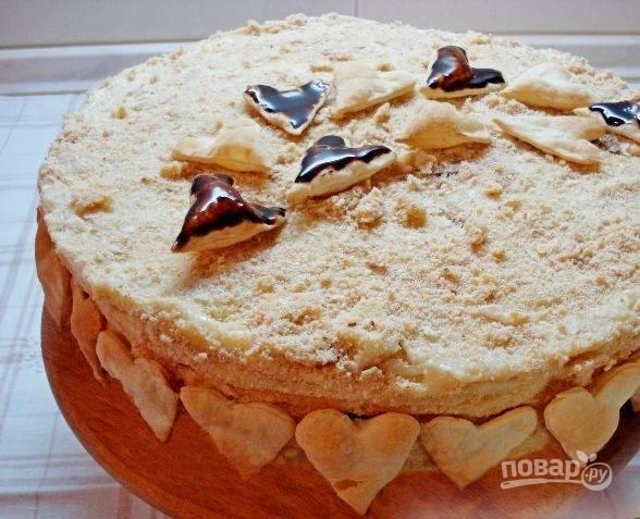 16. По бокам торт мужу на день рождения украшаем сердечками и подаем к столу.