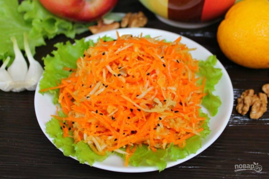 Листья выкладываем на тарелку и сверху насыпаем салат. Готово. Приятного аппетита!