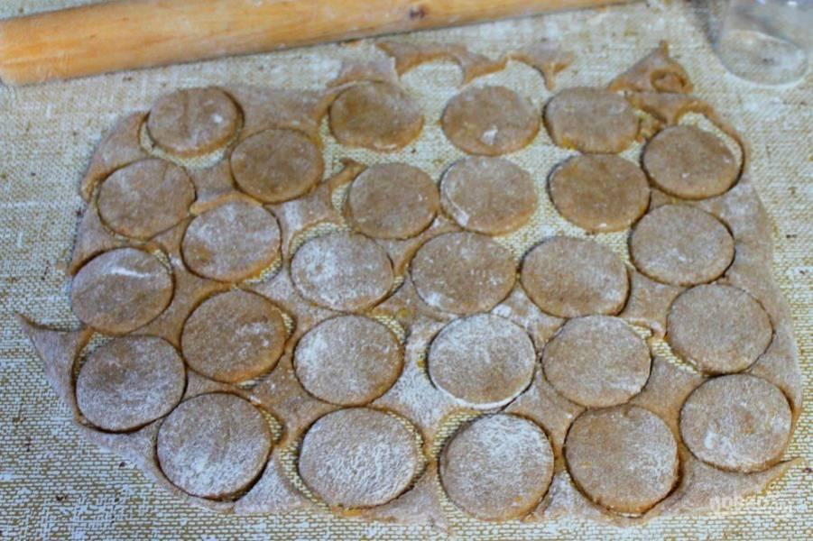 Подсыпаем немного муки и замешиваем тесто руками. Затем, раскатываем толщиной 2-3 мм. и формой вырезаем печенье. Выпекаем при температуре 180-190 градусов около 10-12 минут.