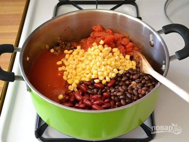 4.Очистите томаты от кожуры и нарежьте кубиками, выложите овощи в кастрюлю, добавьте консервированную фасоль, предварительно слив воду, а также томатный соус и замороженную кукурузу.