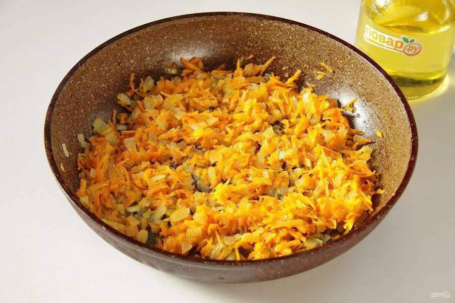Тем временем для начинки обжарьте до мягкости лук с морковью. Поперчите начинку и посолите по вкусу.