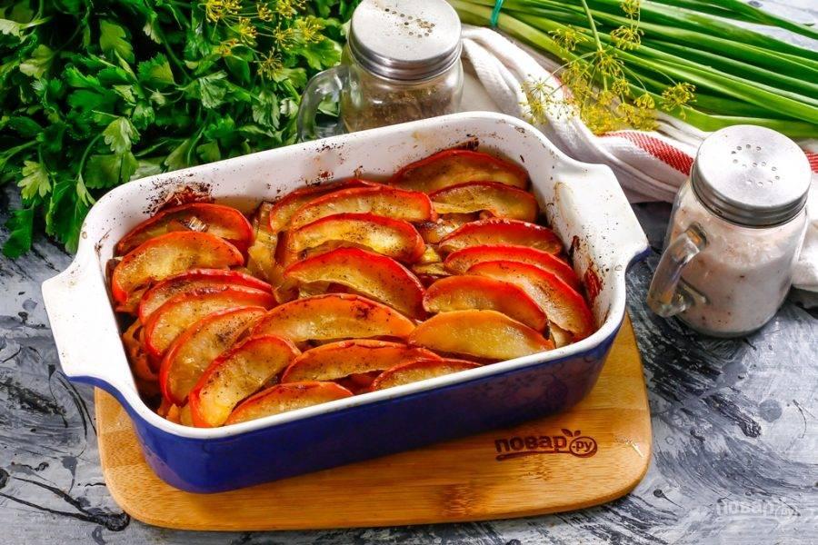 7. Готовую запеканку аккуратно извлеките из духовки и дайте ей слегка остыть, сняв фольгу.