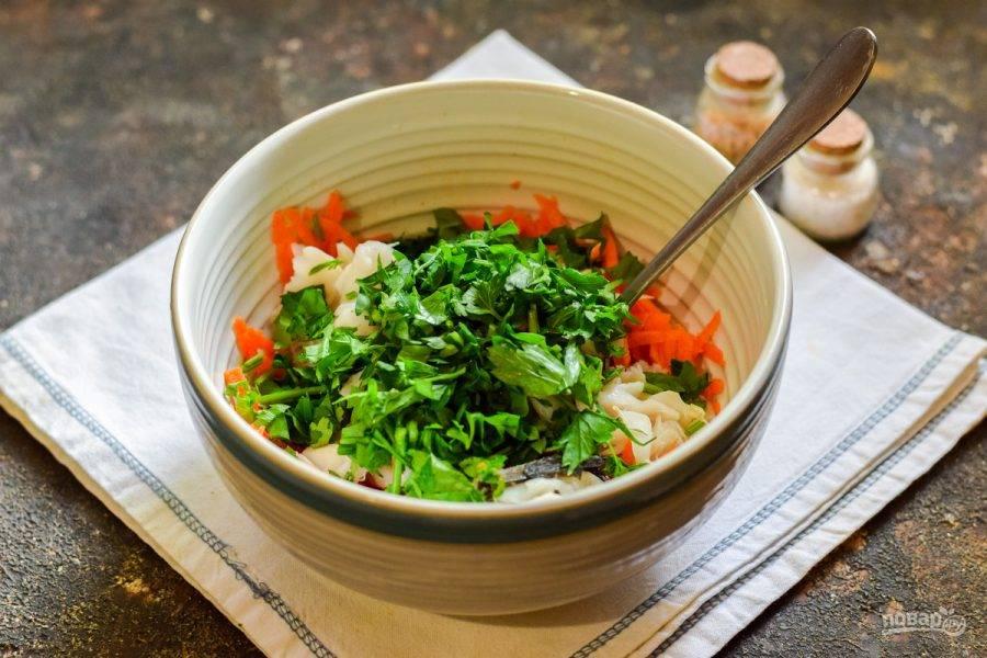 Петрушку сполосните и просушите, после нарежьте петрушку мелко и добавьте в салат.