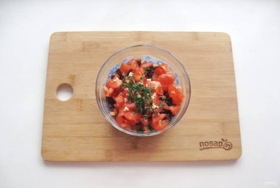 Укроп нарежьте и выложите в салат.