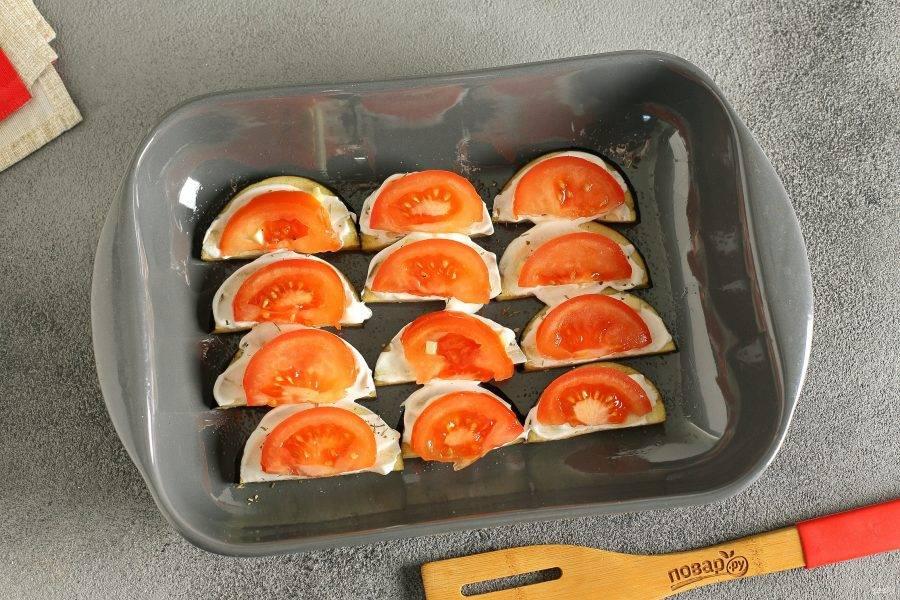 Следующим слоем выложите нарезанные кружочками или дольками помидоры.