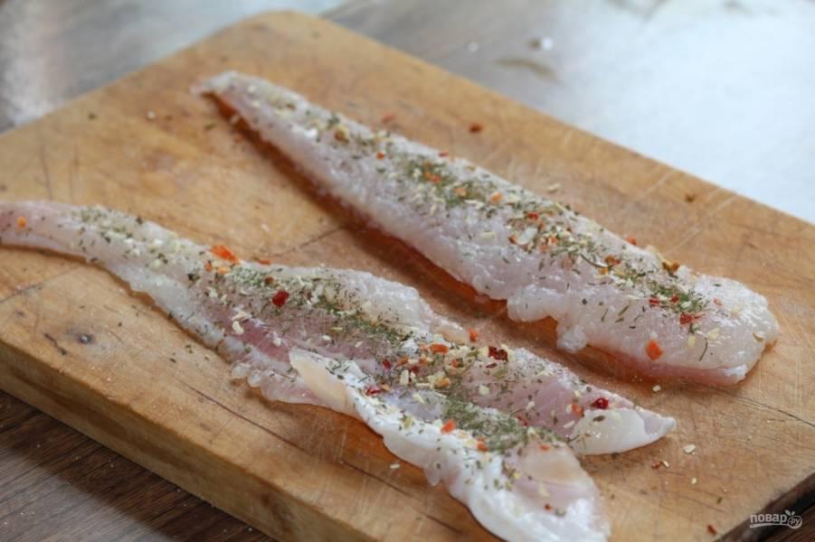 6. Параллельно можно заняться рыбкой. Филе разрежьте пополам, чтоб получить полоски, посолите и добавьте специи по вкусу.
