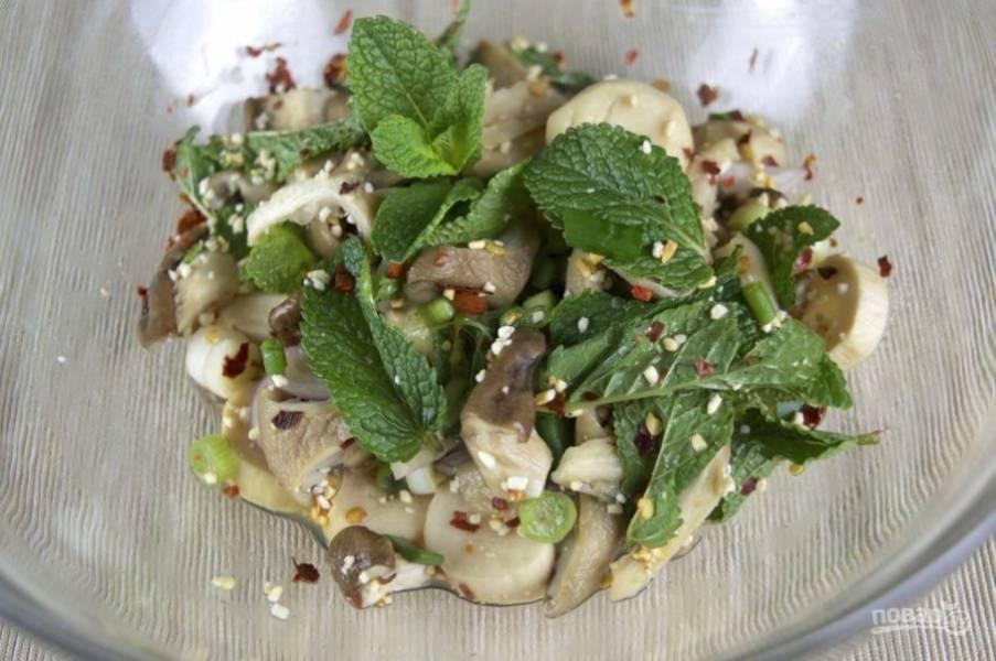 3.Заправляю салат соком лайма и рыбным соусом, хорошенько перемешиваю.