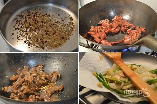 1. На сухой сковороде прогрейте немного зиру и перец горошком. Мясо нарежьте тоненькими полосочками и соедините с солью и специями, добавьте чили по желанию. Перемешайте и выложите на сковороду с разогретым маслом. Обжарьте до образования корочки. К мясу добавьте чеснок, соевый соус и бульон (воду). Тушите на медленном огне около получаса. Отдельно в небольшом количестве масла обжарьте лук (белый и перья зеленого).