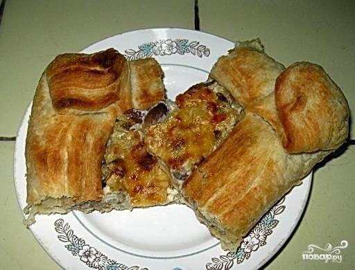 Пирог с грибами из слоеного теста