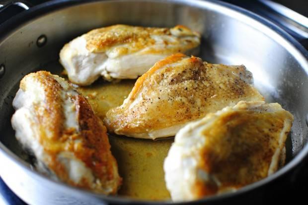 Хорошенько обжаренные грудки отправляем в духовку, разогретую до 200 градусов примерно на 10-15 минут (зависит от мощности Вашей духовки). За это время должен будет выделиться сок.