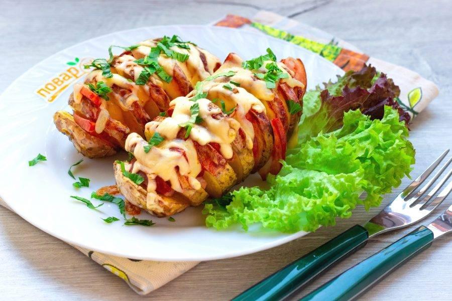 Украсьте картофель свежей зеленью и подавайте горячей к столу. Наша картошка-гармошка готова!