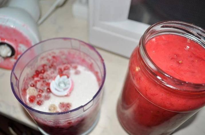 Теперь выкладываем часть сухих ягод в блендер и всыпаем сахарный песок.