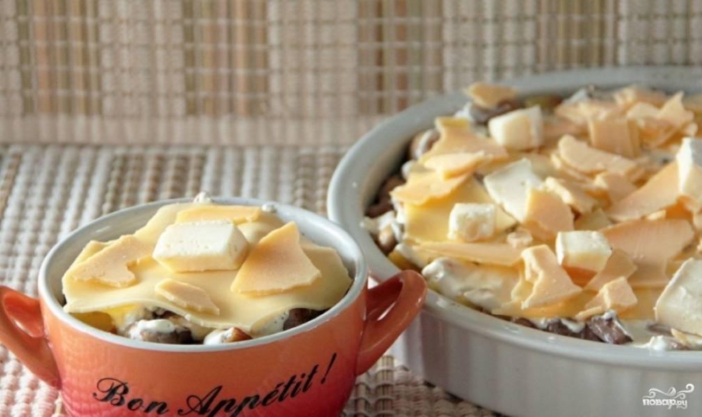Посыпаем сыром и ставим в разогретую до 180 градусов духовку на пол часа. Как вы можете заметить, все очень просто.