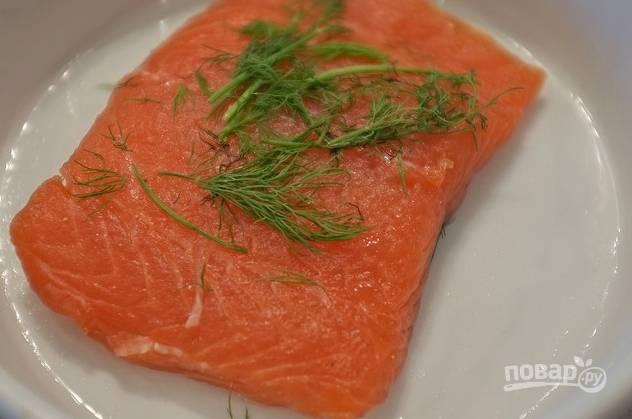 Через положенное время достаньте рыбу и счистите остатки сахара и соли. Рыбу промойте и промокните салфетками.