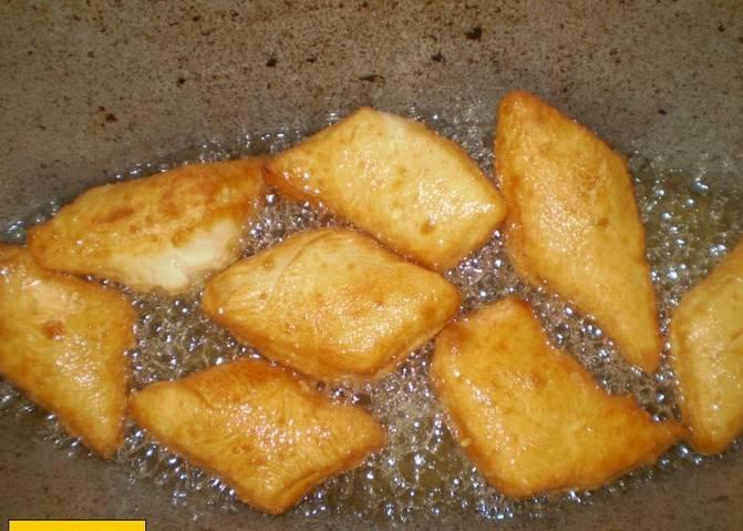 Готовые булочки можно подавать к столу. Готовность определяется золотистым отливом булочек.