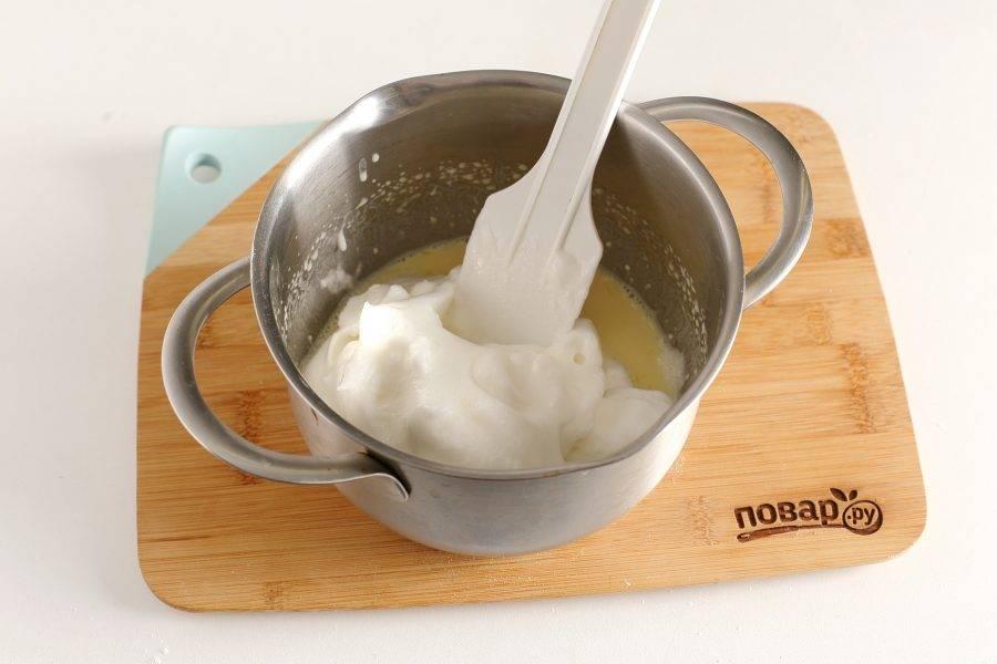 Отдельно взбейте белки с сахаром до устойчивых пиков и добавьте к остальным ингредиентам.