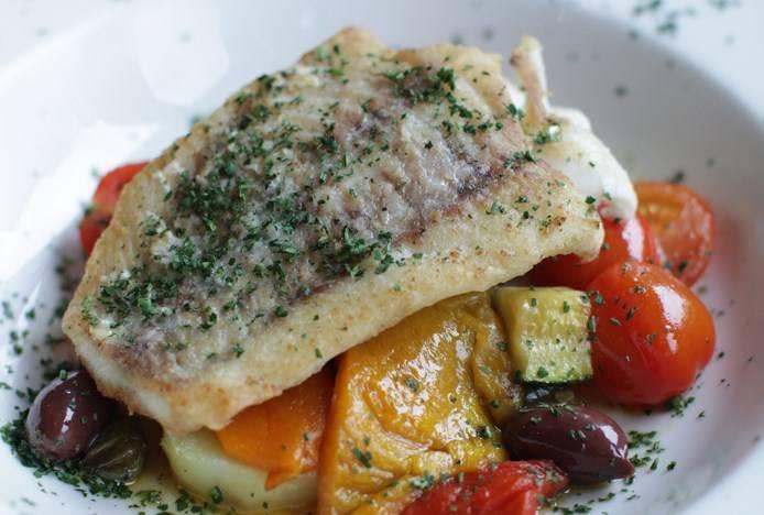 После звукового сигнала рыба готова! Она получилась очень нежной, просто тает во рту, а овощи остались сочными и вкусными. Подавать можете порционными кусочками, посыпав зеленью. Приятного аппетита!