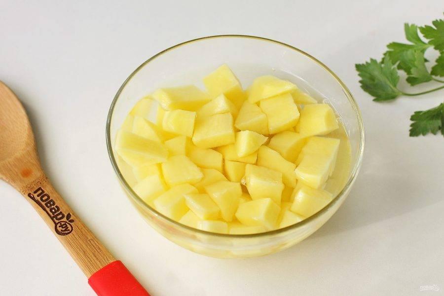 Картофель — самый высокоуглеводный продукт. Чтобы снизить его крахмальность, нарежьте картофель кубиками и замочите на ночь в холодной воде, поместив емкость в холодильник. Утром картофель промойте под проточной водой, большая часть крахмала уйдет вместе с ней.