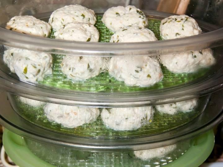 Теперь смазываем решетки пароварки растительным маслом, выкладываем на них сформированные из приготовленного фарша котлетки, готовим их примерно полчаса.