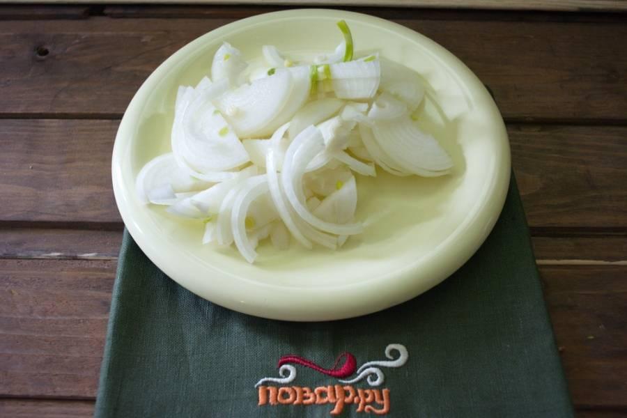 Для приготовления блюда нарежем репчатый лук.