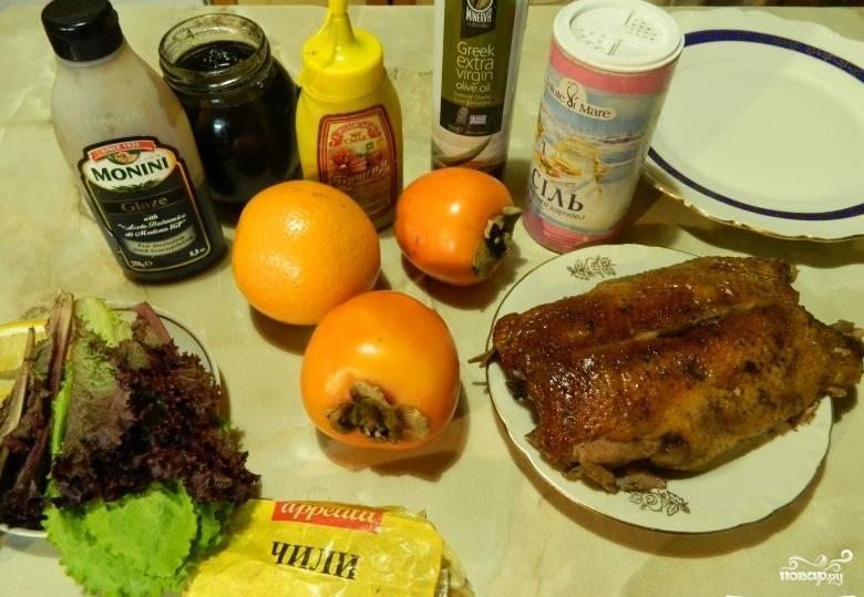 1.Подготавливаем все ингредиенты, которые нам понадобятся для создания такого салата. Утиную грудку предварительно обжарим и запечем в духовке.