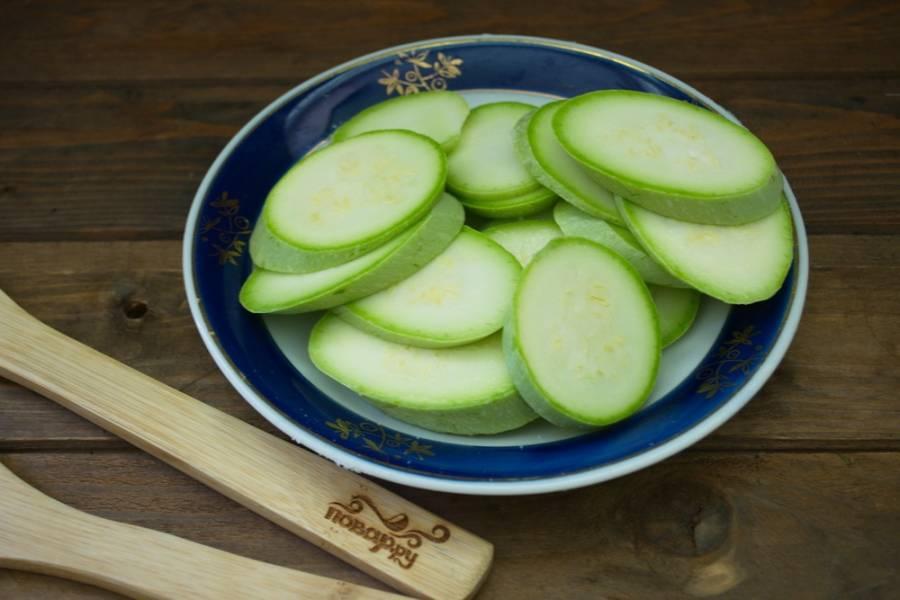 2. Каждый кабачок посолите и поперчите по вкусу с двух сторон. Действуйте быстро, чтобы кабачки не стали отдавать влагу.