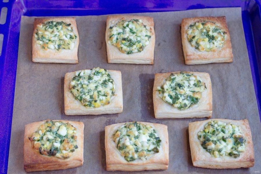 Наши быстрые пирожки с зеленью готовы! Дайте им немного остыть и приглашайте всех к столу!