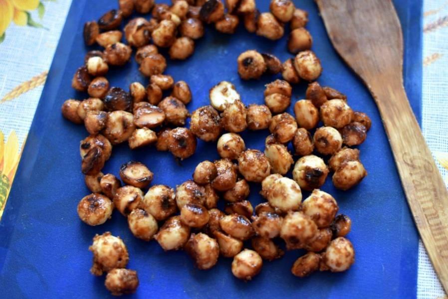 Орехи в карамели выложить на силиконовый коврик и остудить.